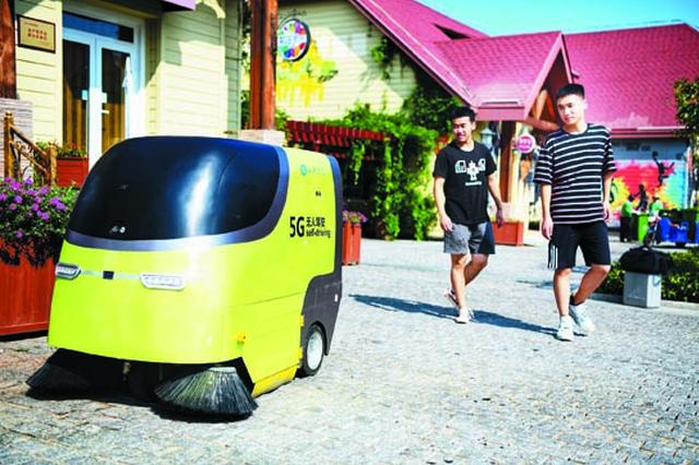 """首批5G无人驾驶清扫车来了 啤酒节期间""""初显身手"""""""
