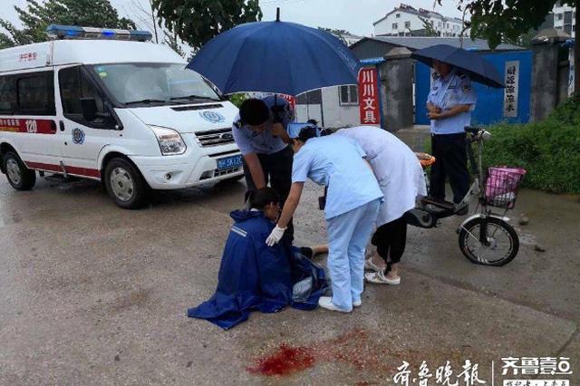 穿着雨衣骑电动车 曲阜一女子没看清路 人车一并滑倒