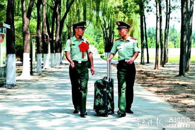 双胞胎兄弟退伍季的两全选择:哥哥回家尽孝 弟弟留队尽忠