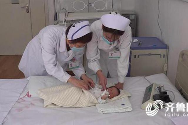 """潍坊:狠心父母将女婴遗弃楼道 医护天使当起""""临时妈妈"""""""