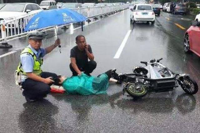 暖心一幕 突发事故女子受伤倒地 聊城交警撑伞救助