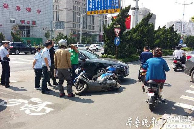 济南一路口电动车与私家车相撞 逆行骑车小伙受伤