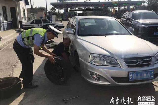车胎没气车主慌神 泰安高速交警助力前行