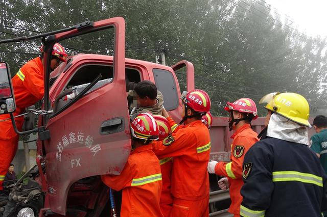 突发大雾两车追尾致1人被困 聊消防紧急救援