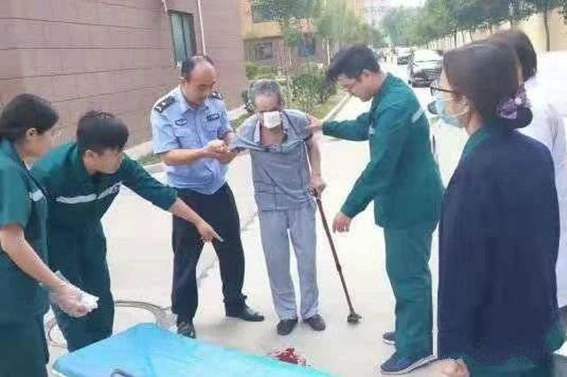 菏泽一八旬老人摔倒在地不能动弹 民警紧急施救