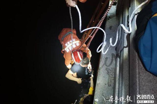 济南:夫妻俩凌晨掉进小清河 消防架梯悬绳救援