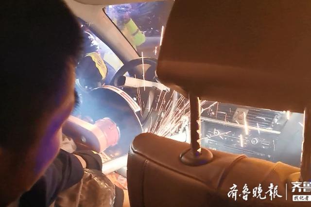寶馬車撞護欄 女子被穿腹 濟南消防到場迅速切割救援