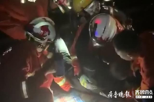 深夜淄博这里发生车祸 大货车撞向护栏 被困人员