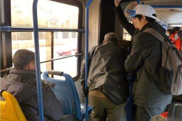 七旬老人公交上突然不适 最快让座的人 竟是86岁的他