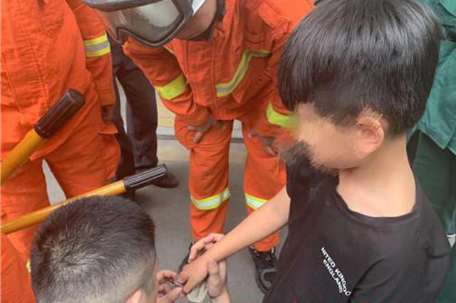七岁男童手指被卡 淄博高新区消防大队急诊房里救援