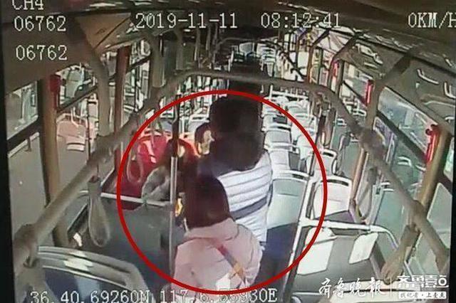 女子坐公交突然晕厥 济南公交驾驶员送上糖 还把她抱上车