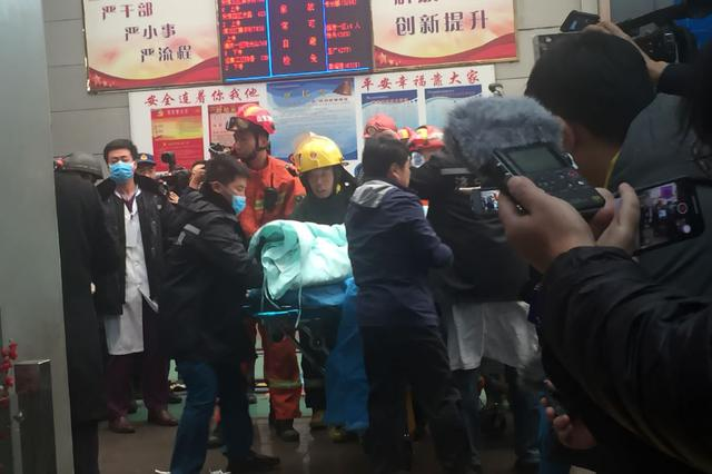 救出来了 济宁梁宝寺能源公司火灾事故被困人员升井