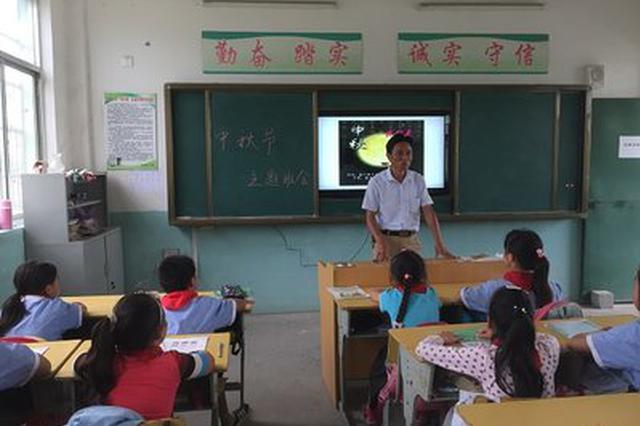 """光明小学校长孙殿镔坚持""""每月为孩子们写一个故事"""""""