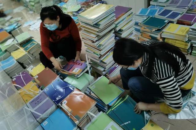 """近3万册教材、练习册来了 山东省实验中学2000学生领到""""新书"""