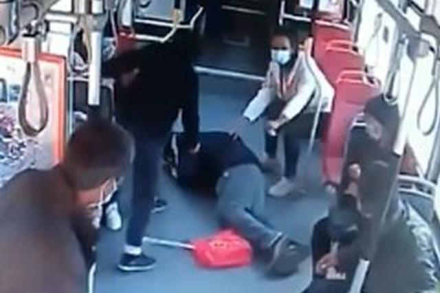 济南公交车上一】男子晕倒 驾驶员紧急变道去迎救护车←