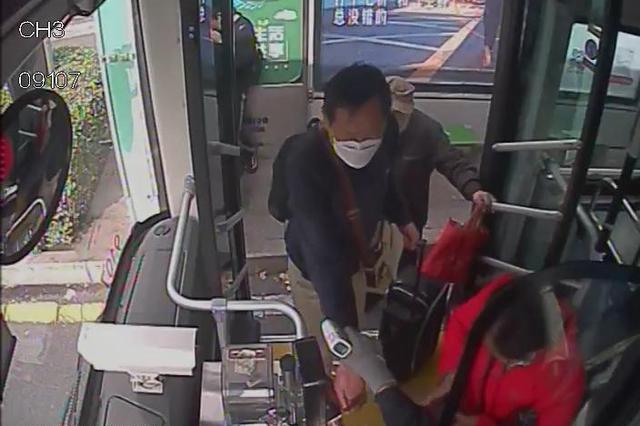 """威海乘客来济就医在公交车落下""""救命药"""" 多方联动紧急寻回"""