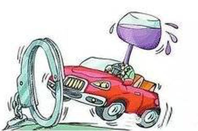 """""""酒司机""""侥幸开车上路 遇交警弃车躲进加油站"""