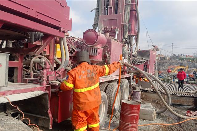 栖霞金矿事故救援井筒清障至地下350米 向井下投食品