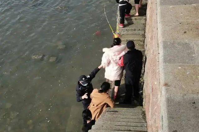 """青島棧橋景區 一張警察""""當眾""""脫鞋的照片火了"""