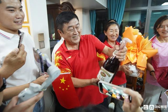 陈梦奥运夺冠 父母携亲友高唱国歌