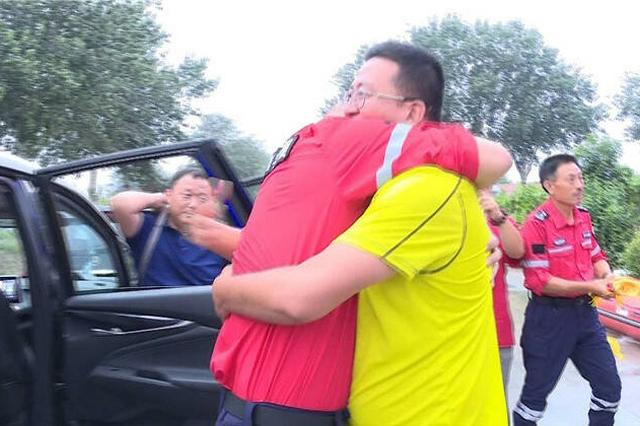 河南救援队员跨越千里到龙口 抱住救命恩人的那一刻他哽咽了