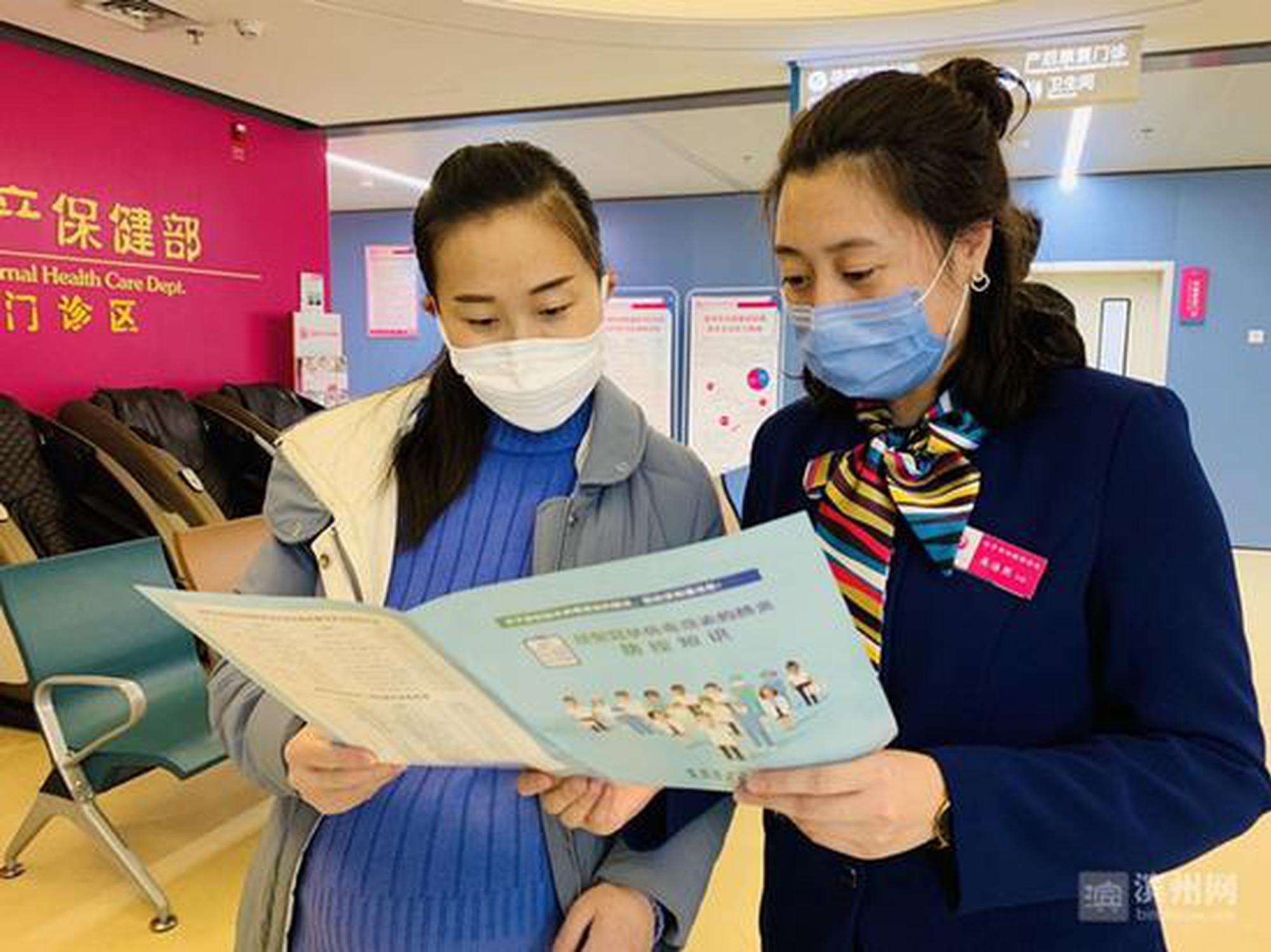 滨州发放《新冠肺炎防控知识》手册