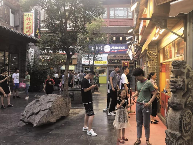 济南夜经济:夜晚活跃商家 消费者双涨 热度外溢