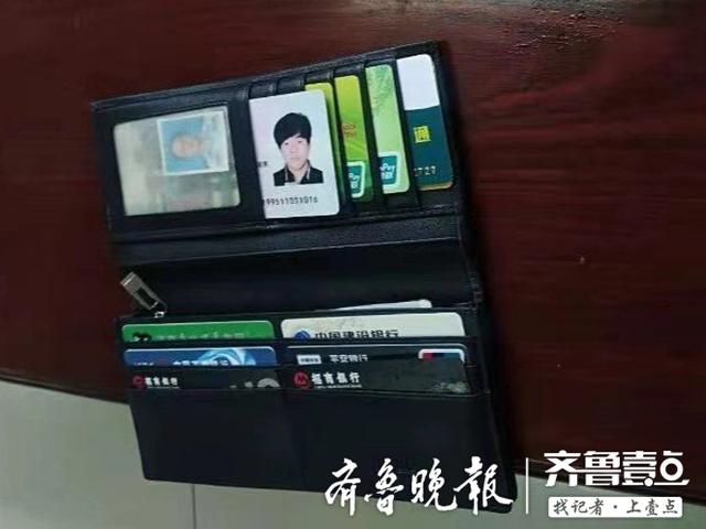 小伙将装有10张银行卡的包丢车上 乘客和司机帮找回