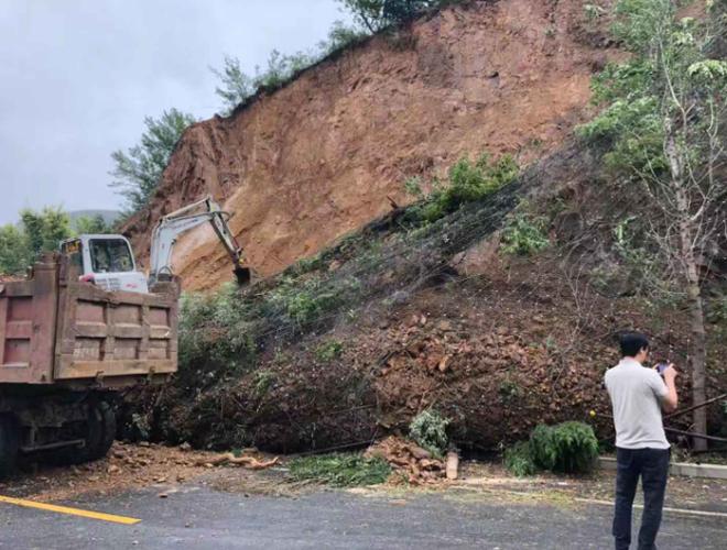 济南103省道刘家峪段山体滑坡 抢修人员正在处置