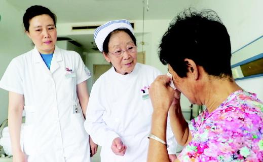 李桂美正在热心地安慰病人。