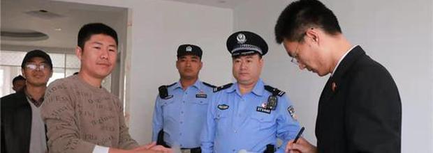 """""""老赖""""眼中的狠角 禹城法警办案一年赢得45面锦旗"""