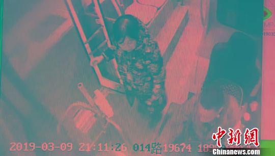 公交车车内监控视频显示,老人醒来时发现自己已经坐过站。 钟欣 摄