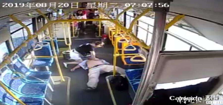 上午7点 淄博公交车上 年轻姑娘跪在车厢内