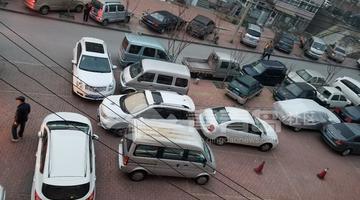 青岛一小区内乱停车,乱成这样也是罕见