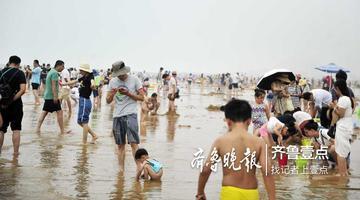 秋老虎发威了 游客挤满日照海边