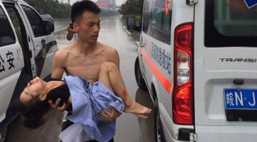 警察用警服包裹受伤女孩 风雨中狂奔