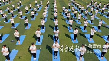 国际瑜伽日 济南数百名爱好者练瑜伽