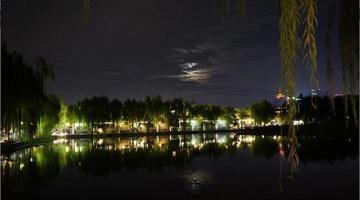 济南风雨过后 大明湖上的月亮格外美