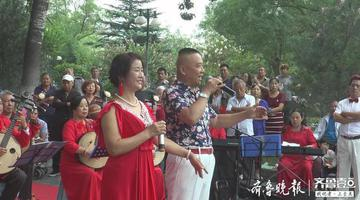 """济南洪楼广场上演""""文化大餐"""" 草根艺术团倾情出演"""