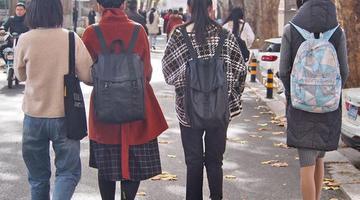 裙装 羽绒服 济南突然变天 大学校园里秋冬季节有点乱