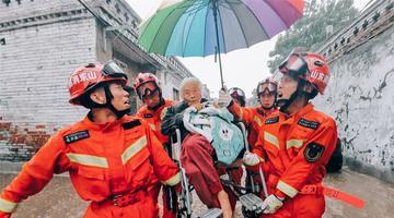 山东聊城遇暴雨 消防队员转移被困群众