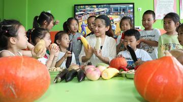 """山东东营:孩子在""""秋实课堂""""体验收获"""