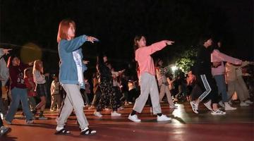 疫情封校 青岛这所大学的学生跳广场舞