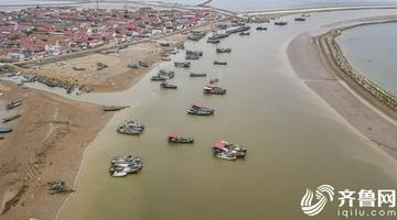 滨州渔民整修船只迎开海
