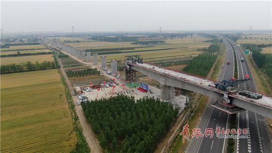 潍莱高铁项目跨青新高速百米连续梁顺利合龙。