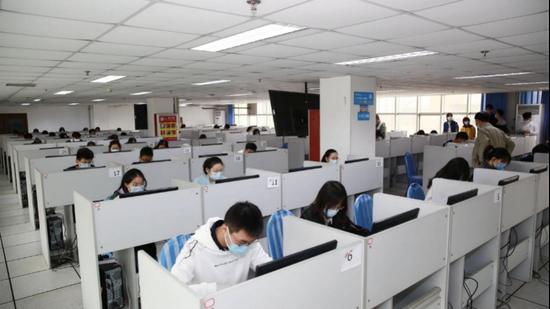 """青岛理工大学200余名学生助力岛城共战""""疫"""" 主动参与协助数据录入工作"""