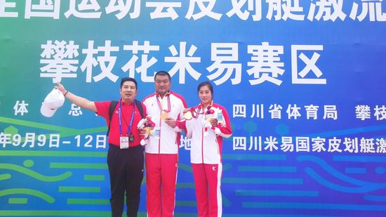 李明执裁全运会皮划艇激流回旋项目与山东队女子单人皮艇冠军获得者教练、运动员合影(左一)
