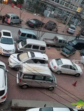 青岛一小区内乱停车 乱成这样也是罕见