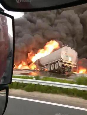 龙虎国际东营两罐车高速上相撞起火现场