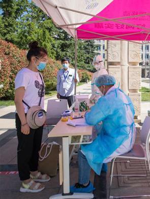 山东大学返校首日:学生接受核酸检测